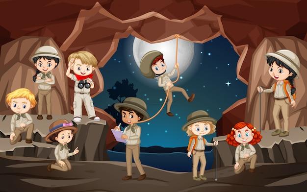 Cena com muitas crianças na caverna