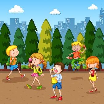 Cena com muitas crianças saindo no parque