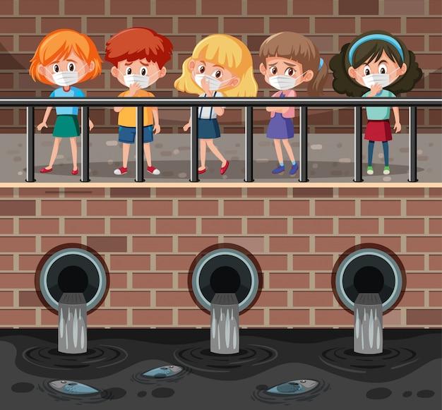 Cena com muitas crianças usando máscara, olhando a água suja