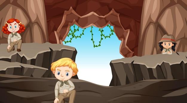 Cena com três crianças na caverna