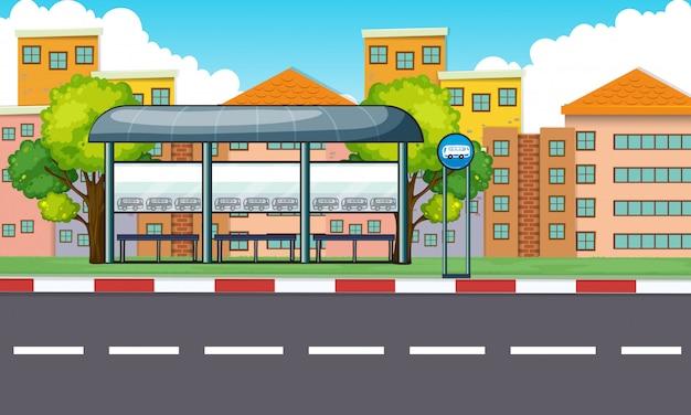 Cena da cidade com parada de ônibus e edifícios