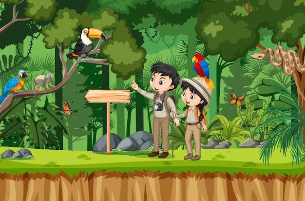 Cena da floresta com crianças olhando muitos pássaros