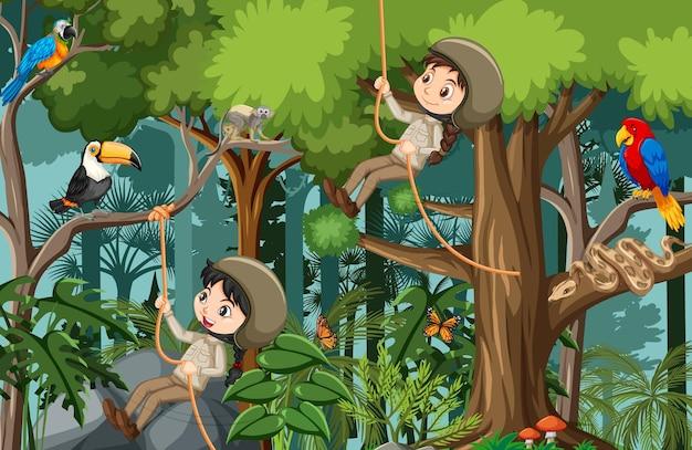 Cena da floresta com muitas crianças fazendo atividades diferentes