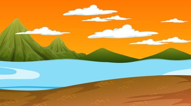 Cena da natureza na hora do pôr do sol com paisagem de prados e fundo de montanha