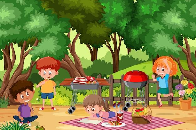 Cena de fundo com crianças felizes, comendo no parque