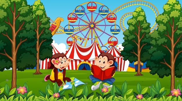 Cena de parque de diversões de macacos de crianças