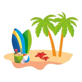 Cena de praia de verão com palmeiras e pranchas de surf