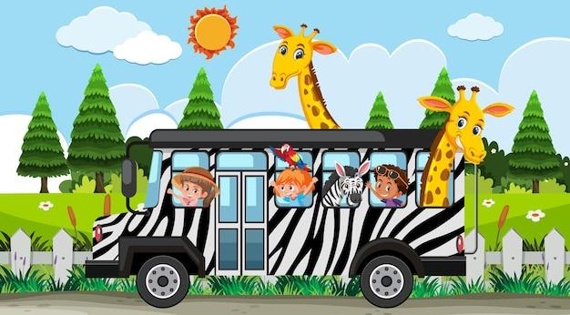 Cena de safári com crianças em carro de turismo observando grupo de girafas