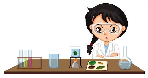 Cena de sala de aula com estudante de ciência fazendo experimento
