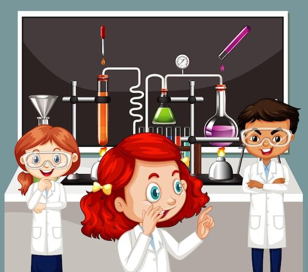 Cena de sala de aula com três crianças fazendo laboratório