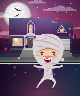 Cena de temporada de halloween com múmia de fantasia de menino