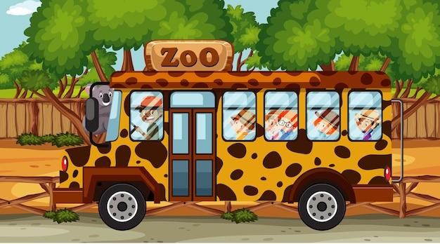 Cena de zoológico com crianças passeando de ônibus