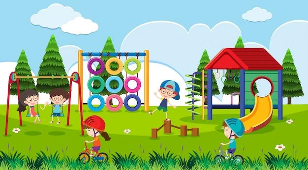 Cena do campo de jogos com crianças felizes durante o dia