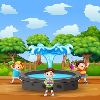 Cena do parque com crianças perto da fonte