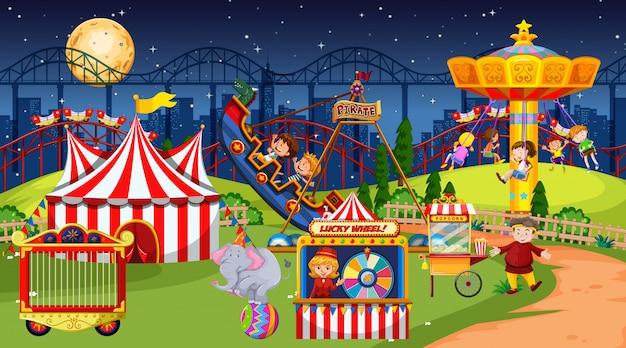 Cena do parque de diversões à noite com lua no céu