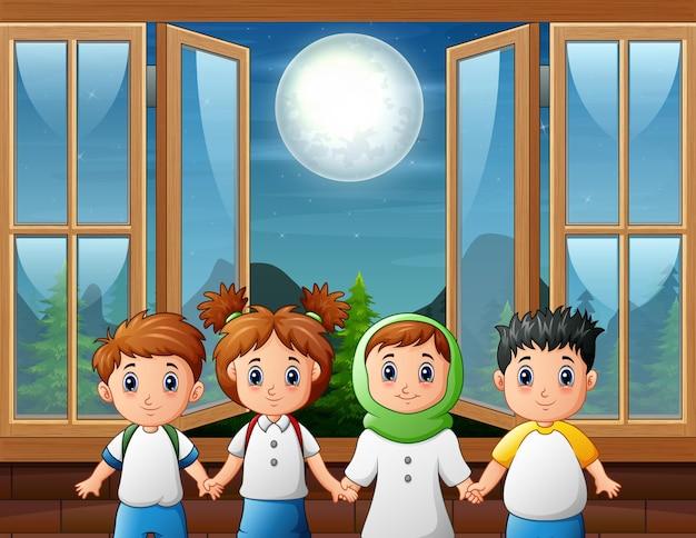 Cena noturna com janela aberta e quatro crianças em pé