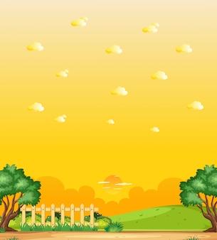 Cena vertical da natureza ou paisagem campestre com vista da floresta e vista do céu amarelo do pôr do sol