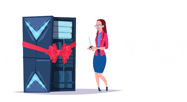 Centro aberto de armazenamento de dados com servidores e funcionários de hospedagem. nova rede de tecnologia de computador e banco de dados de suporte à comunicação no centro da internet