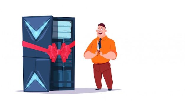 Centro aberto de armazenamento de dados com servidores e funcionários de hospedagem. rede de tecnologia informática completa de construção e suporte de comunicação do banco de dados na internet