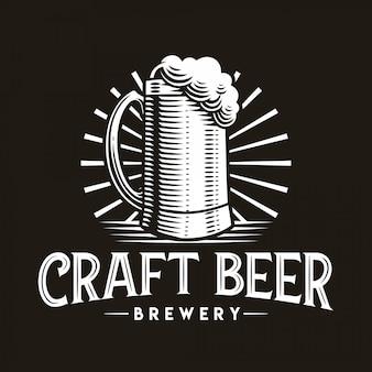 Cerveja artesanal logo vector ilustração emblema de vidro em fundo escuro.