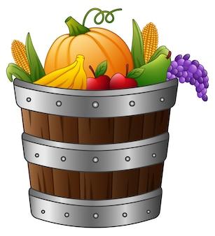 Cesta de madeira com colheita de frutas e legumes