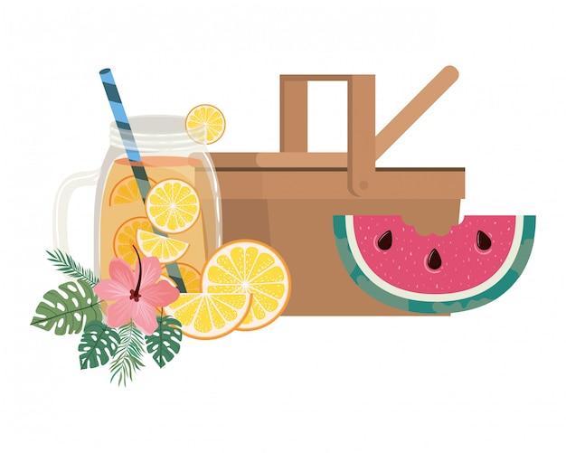 Cesta de piquenique com bebida refrescante para o verão