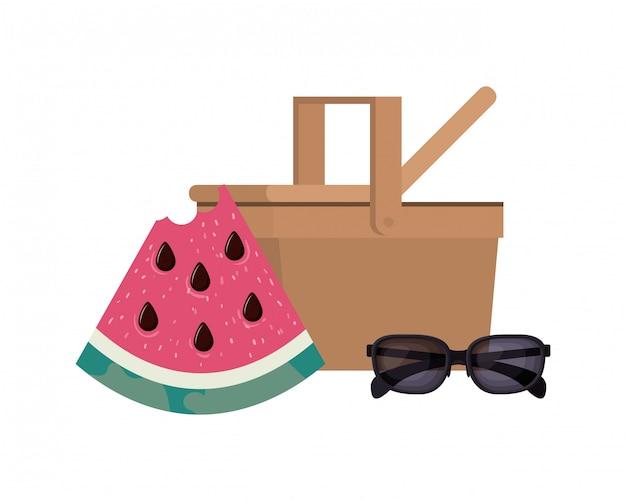 Cesta de piquenique com porção de melancia