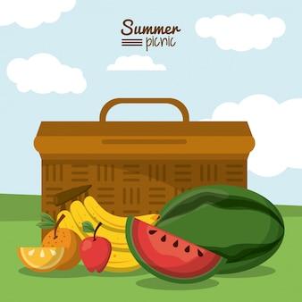 Cesta de piquenique e frutas tropicais