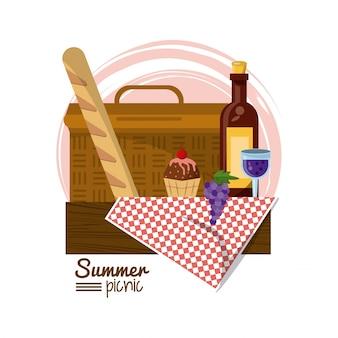 Cesta de piquenique na toalha de mesa com pão sobremesa e vinho