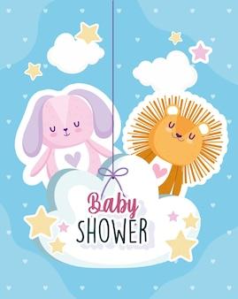 Chá de bebê, leão e coelho pendurados na ilustração vetorial de cartão em nuvem