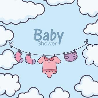 Chá de bebê roupas penduradas céu nuvens