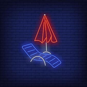 Chaise longue e sinal de néon do guarda-chuva de praia. verão, férias, férias, resort.