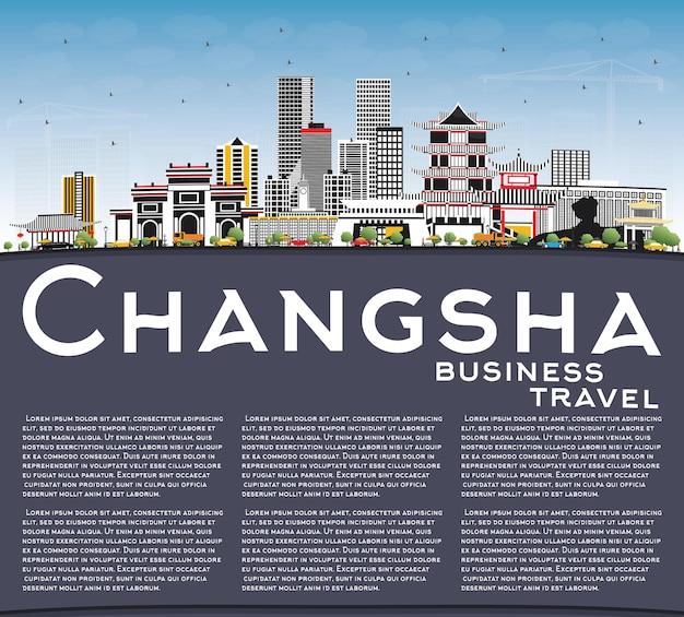Changsha china city skyline com edifícios de cinza, céu azul e espaço de cópia.