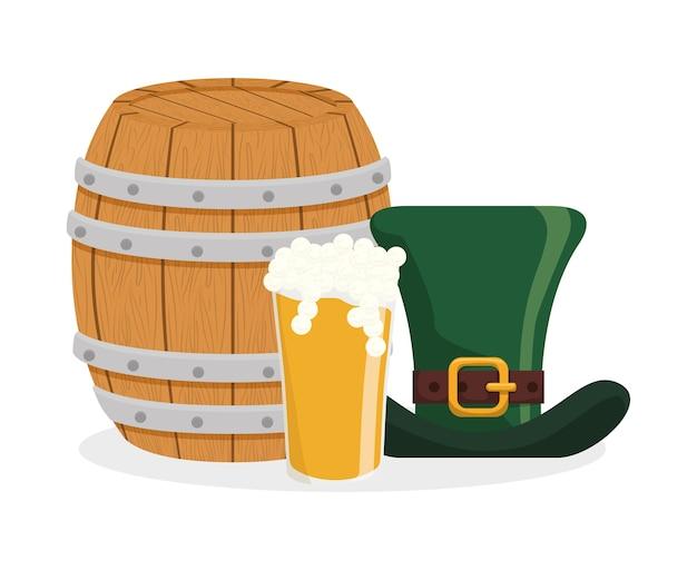 Chapéu de cerveja de vidro e barril de madeira