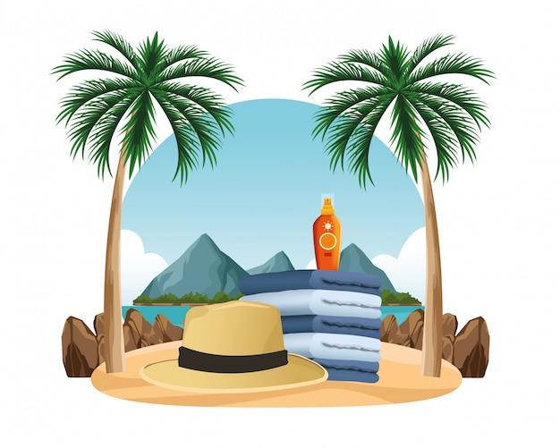 Chapéu de verão e bronzeador de sol em toalhas empilhadas
