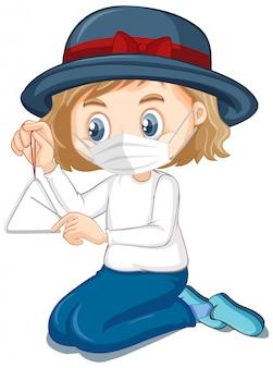 Chapéu menina vestindo máscara jogando triângulo