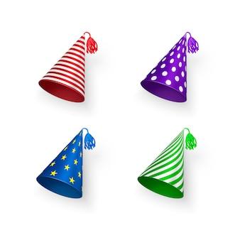 Chapéus de aniversário coloridos com padrões geométricos, círculos, listras e estrelas