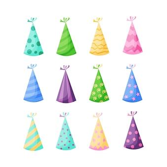 Chapéus de festa de aniversário definir ilustração em um estilo plano cartoon, isolado no fundo branco. bonés de festa coloridos para celebração. Vetor Premium