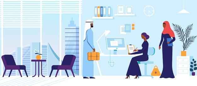 Charcatres árabes masculinos e femininos se reúnem no escritório.