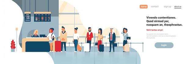 Check-in registro grupo aeroporto mistura corrida passageiros em pé na fila placa de partidas conceito cópia plana espaço banner