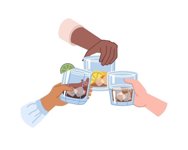 Cheers, mãos segurando bebidas fortes em copos