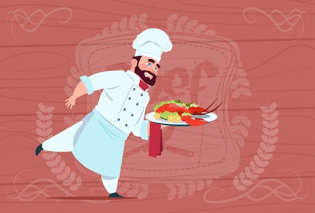 Chef cozinheiro segurando a bandeja com lagosta sorrindo cartoon chefe no restaurante branco com uniforme sobre fundo texturizado de madeira