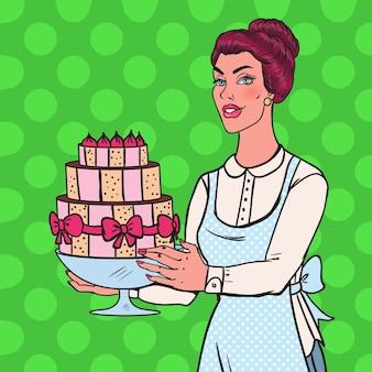Chef de arte pop com bolo delicioso. dona de casa segurando sobremesa saborosa.