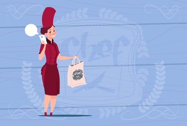 Chef feminino cozinhar segurando o saco com comida restaurante entrega conceito cartoon chefe sobre o fundo texturizado de madeira