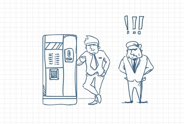 Chefe de negócios irritado homem olhando para o esboço de trabalhador doodle de café irritado sobre o papel quadrado