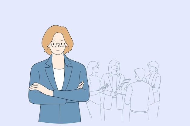 Chefe mulher sorridente de óculos em pé com processos da empresa e colegas