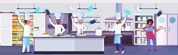 Chefs de cozinha tirando máscaras faciais quarentena de coronavírus está terminando a vitória sobre o conceito covid-19