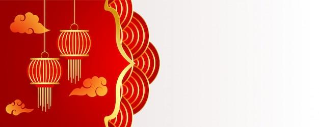 Chinês com decoração de nuvens e lâmpadas