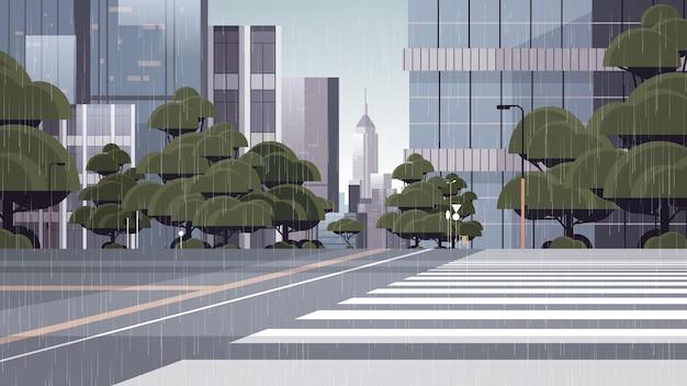 Chovendo em uma rua vazia com faixa de pedestres edifícios da cidade, arquitetura moderna, paisagem urbana