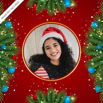Christmas photo freme social media post enfeites de natal, estrelas douradas, bolas de natal e fundo vermelho